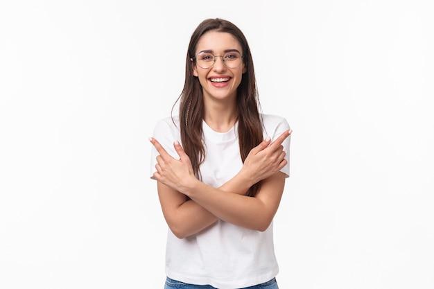 Portret van enthousiaste lachende jonge brunette vrouw in glazen