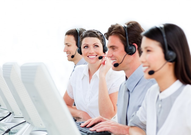 Portret van enthousiaste medewerkers van de klantenservice die in een ca werken