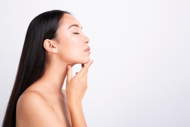 Portret van ernstige aziatische vrouw met duidelijke huid