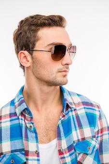 Portret van ernstige jonge man in zonnebril