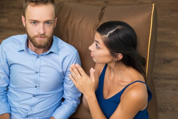 Portret van ernstige man en vraagtekens vrouw