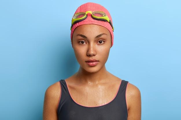 Portret van ernstige professionele zwemmer close-up, heeft natte huid na het zwemmen in zwembad