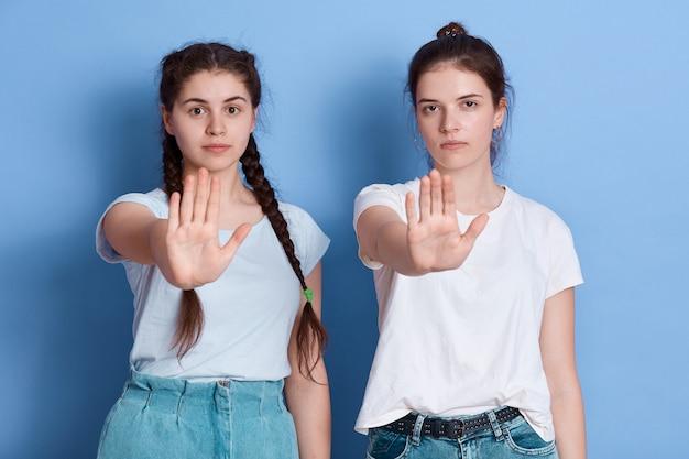 Portret van ernstige vrouw handen uitrekken