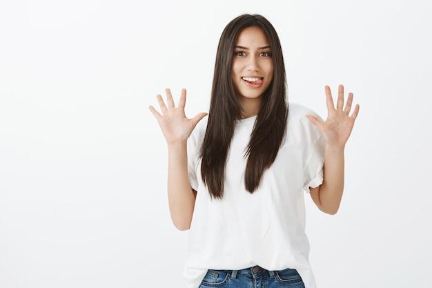 Portret van europees meisje met gebruinde huid en donker haar