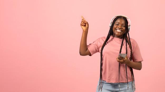 Portret van expressieve afro-amerikaanse vrouw die naar muziek luistert