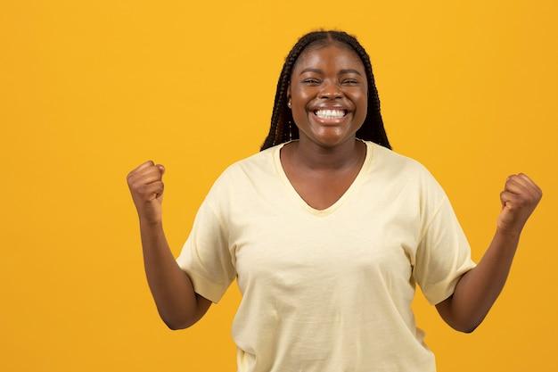 Portret van expressieve afro-amerikaanse vrouw