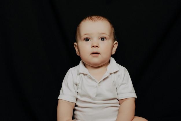 Portret van expressieve schattige kleine babyjongen