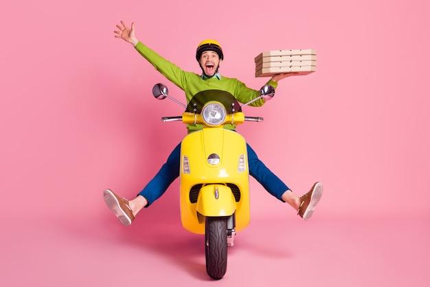 Portret van extatische dolgelukkig man rijden bromfiets brengen pizza