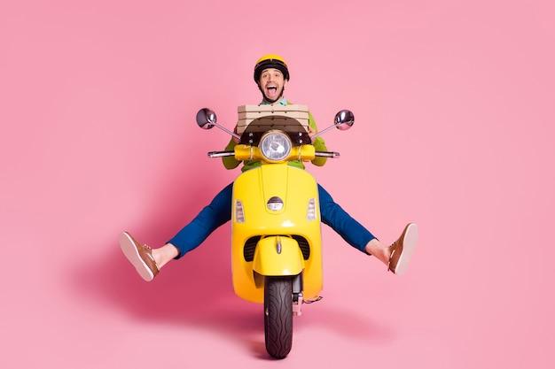 Portret van extatische dolgelukkig man rijden bromfiets