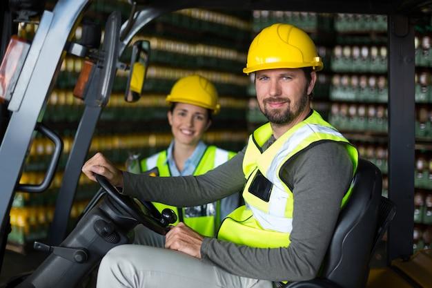 Portret van fabrieksarbeiders in fabriek