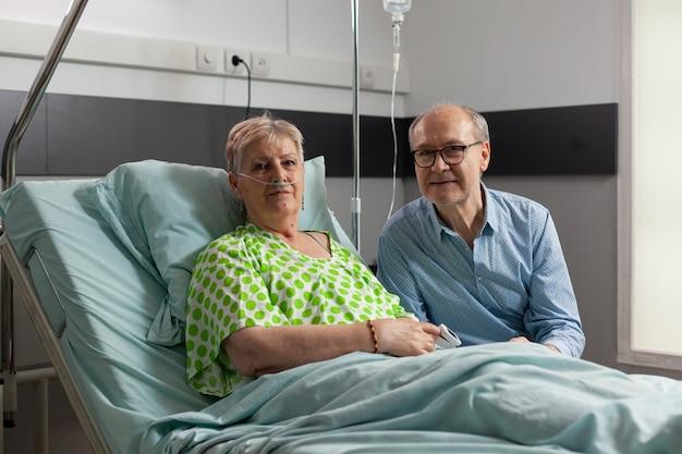 Portret van familie die in de camera kijkt tijdens medisch onderzoek