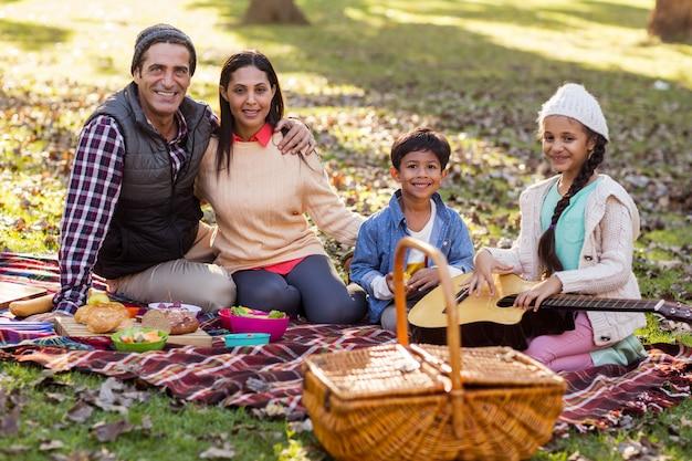 Portret van familie ontspannen in het park