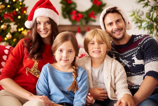 Portret van familie tijdens kerstmis