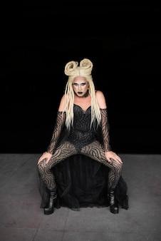 Portret van fantastische drag queen met een blonde pruik