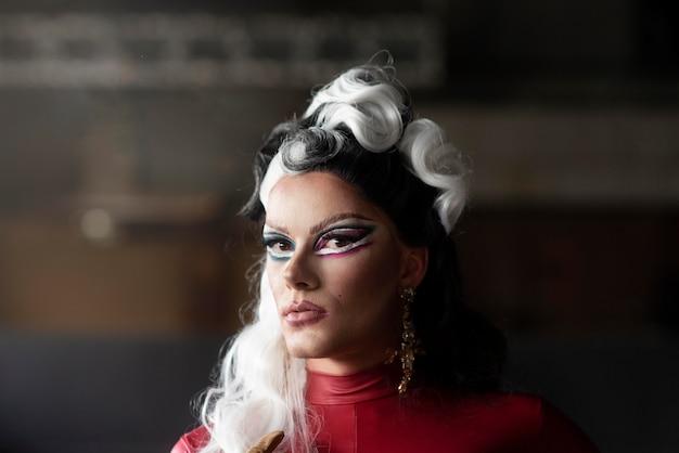 Portret van fantastische drag queen poseren