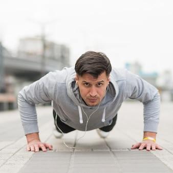 Portret van fit man opleiding buitenshuis