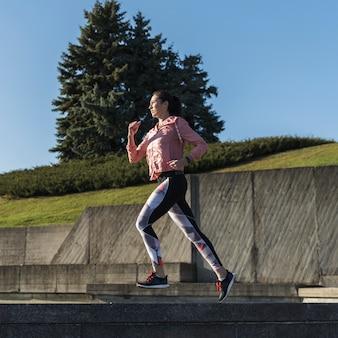 Portret van fit vrouw joggen buiten