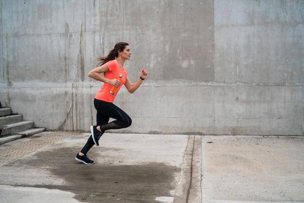 Portret van fitness vrouw uitgevoerd.