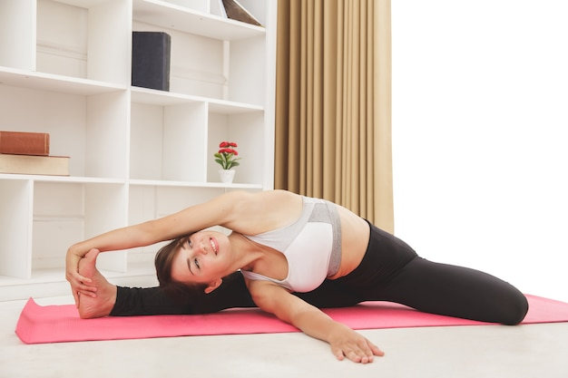 Portret van flexibele sportieve meisje doet yoga pose close-up