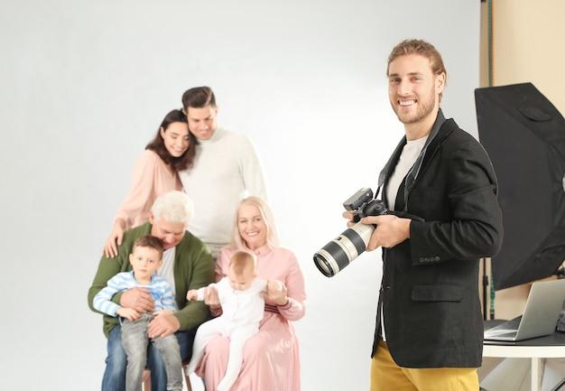 Portret van fotograaf die met familie in studio werkt
