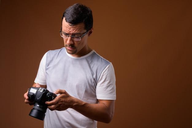 Portret van fotograafmens op bruin