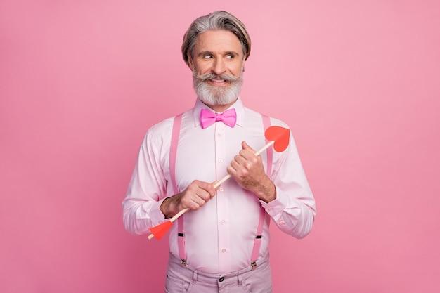 Portret van foxy sluwe vrolijke man die in handen pijl kijkt kant