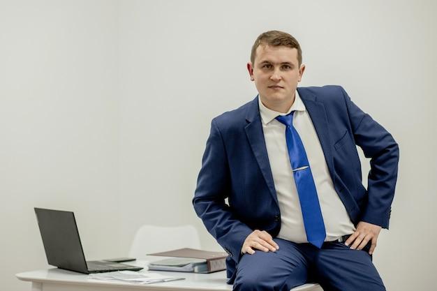 Portret van geconcentreerde advocaat werken op de werkplek met documenten in kantoor.