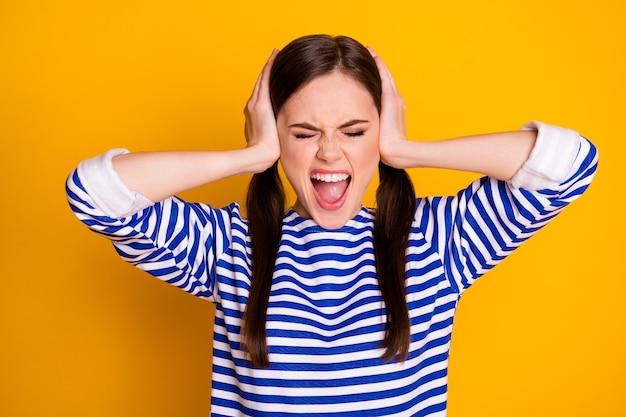 Portret van gefrustreerd meisje sluit dekking handen oor negeer hard geluid misverstand schreeuw schreeuw draag mooie kleding geïsoleerd over glans kleur achtergrond