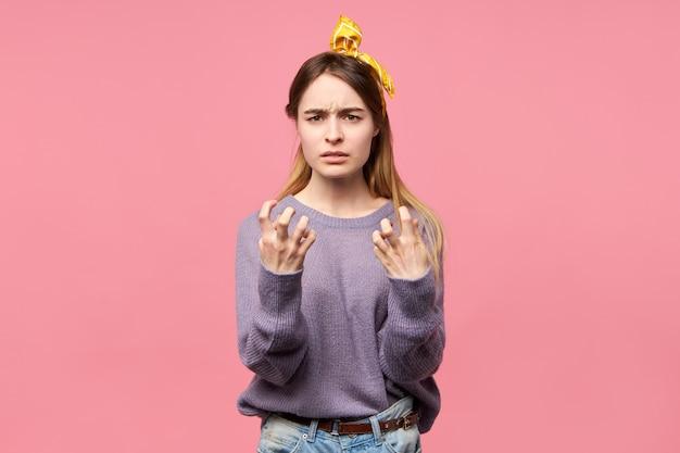 Portret van gefrustreerde boze jonge vrouw die verontwaardiging uit