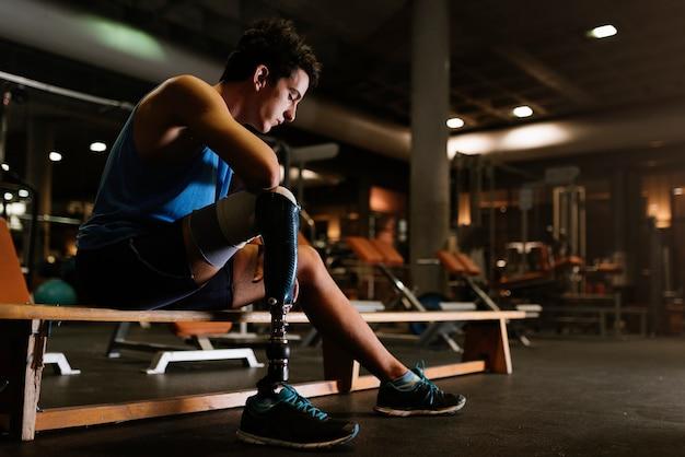 Portret van gehandicapte jonge man in de sportschool. gehandicapte sportman concept.