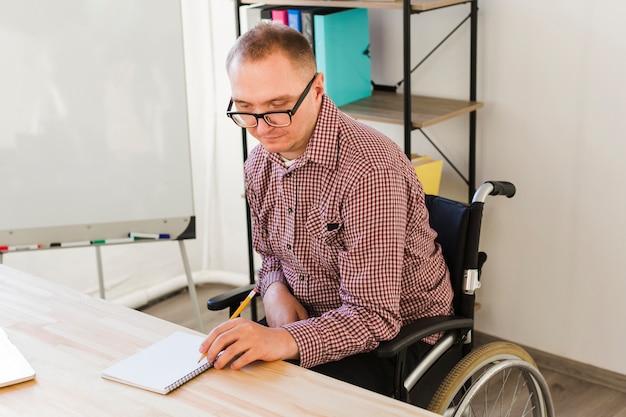 Portret van gehandicapte man bezig met project