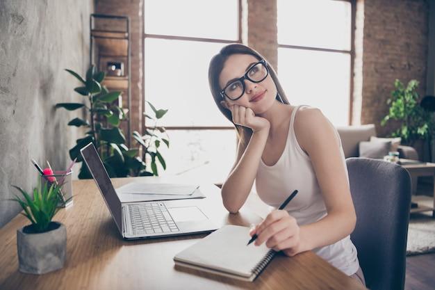 Portret van geïnspireerd meisje copywriter werk thuis op afstand schrijf artikel denken