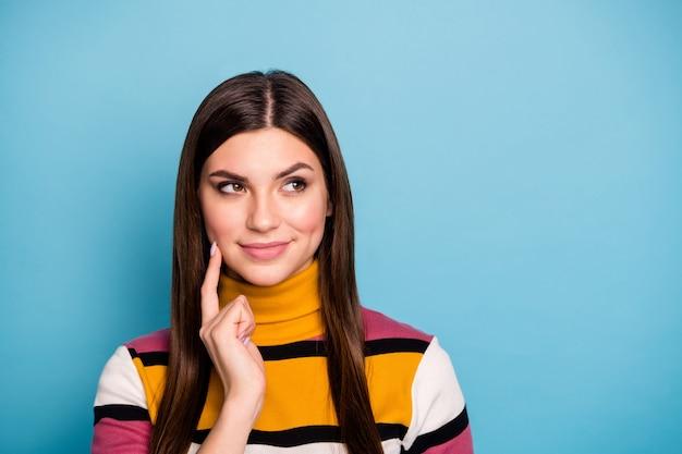 Portret van geïnteresseerd meisje denk gedachten over haar leven kijken copyspace geïnspireerd aanraking gezicht kin hand dragen casual stijl trui geïsoleerd over blauwe kleur muur