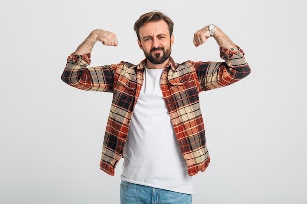 Portret van geïsoleerde knappe brute agressieve sterke bebaarde man die zijn spieren toont