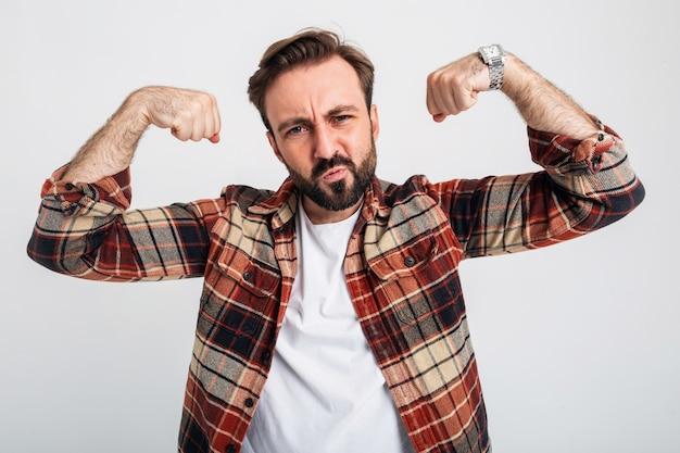 Portret van geïsoleerde knappe brute agressieve sterke bebaarde man