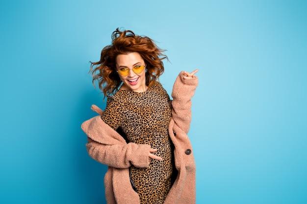 Portret van gekke funky wilde vrouw geniet van de dans van het nachtlevenplezier