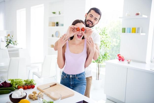 Portret van gekke twee mensen bereiden biologische schotel maaltijd man dekking ogen vrouw