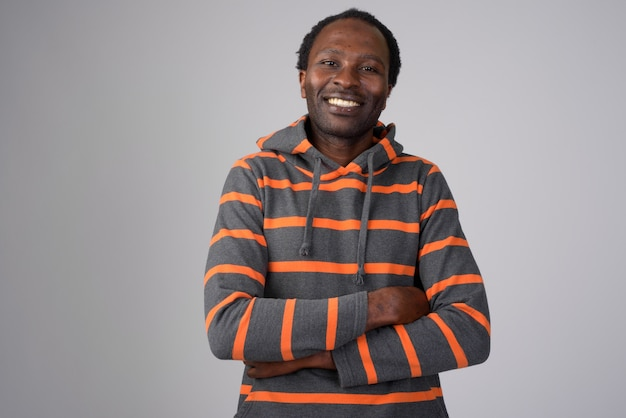 Portret van gelukkig afrikaanse man met hoodie met gekruiste armen