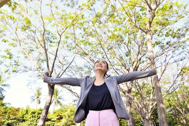 Portret van gelukkig aziatische zakenvrouw