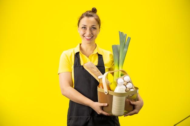 Portret van gelukkig boer met mand van biologische boodschappen en biologische landbouwproducten