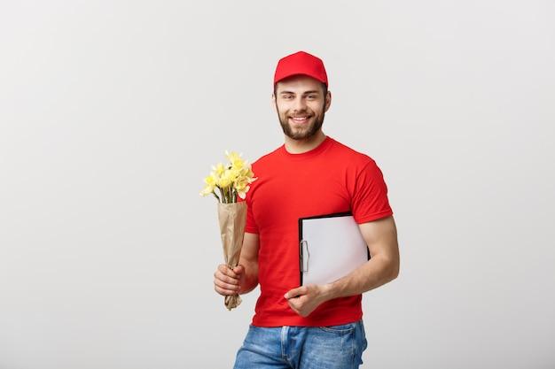 Portret van gelukkig de leveringsklembord van de bloemleveringmens op witte achtergrond