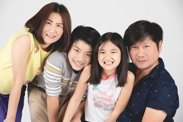 Portret van gelukkig die familieouder en kind op grijs wordt geïsoleerd