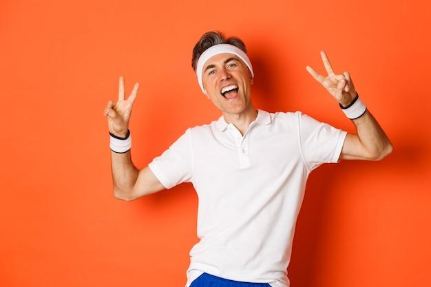 Portret van gelukkig en gezond man van middelbare leeftijd in sportkleding