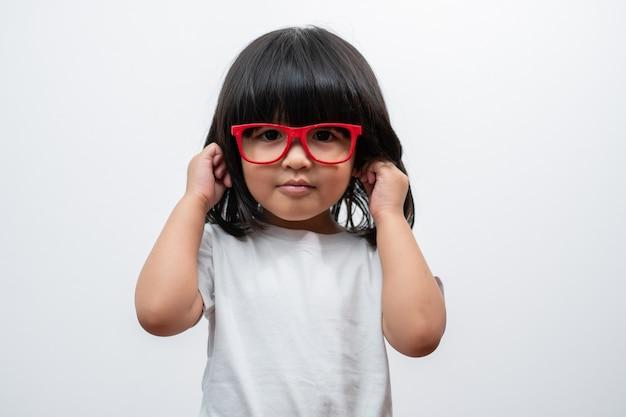 Portret van gelukkig en grappig aziatisch kindmeisje op witte achtergrond een kind dat camera bekijkt