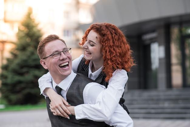 Portret van gelukkig en roodharige man en vrouw. een blije familie