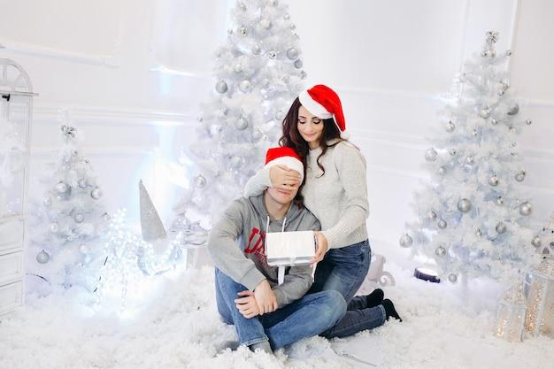 Portret van gelukkig getrouwd stel met kerstmis