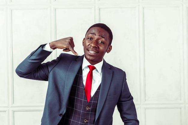 Portret van gelukkig, glimlachend zwarte zakenman