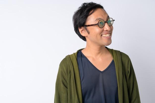 Portret van gelukkig japanse man denken tegen witte achtergrond