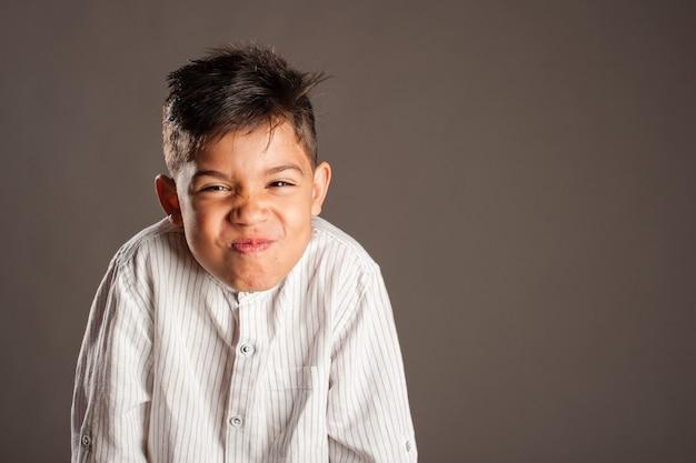 Portret van gelukkig jong geitje op grijze ruimte