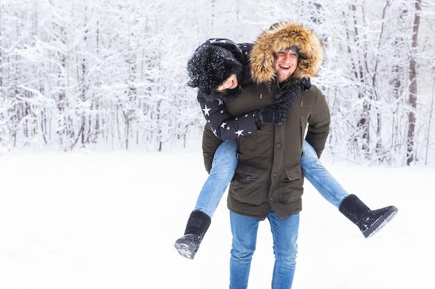 Portret van gelukkig jong stel in winterpark